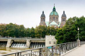 Kirche St. Lukas im Münchener Lehel von der Mariannenbrücke aus gesehen